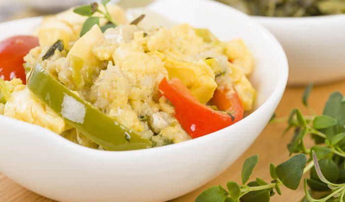 bacalao con verduras y huevo revuelto